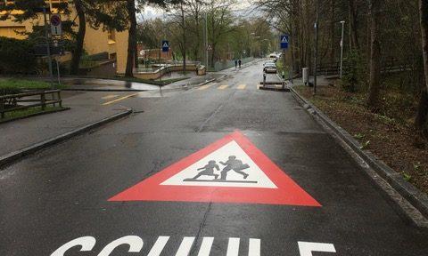 Markierung Achtung Kinder auf Strasse